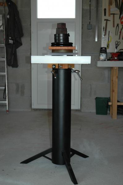 Pied de télescope recyclé en poste de fabrication : pressage après collage des carrés