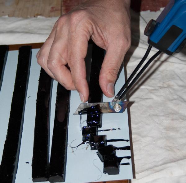 Découpage des bandes avec un outil adapté